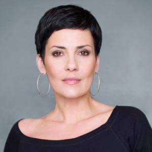 Cristina Cordula: Démonstration ultime: la reine du look porte le cheveux court et elle déborde de féminité! Elle est manifaÏKKK!