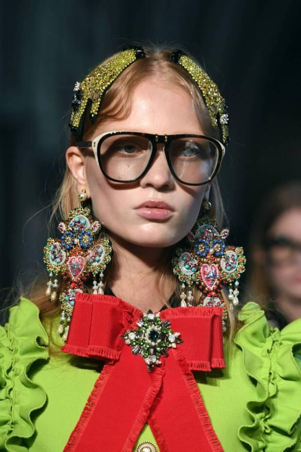 1778448-lunettes-boucles-d-oreilles-et-noeud-tr-950x0-2